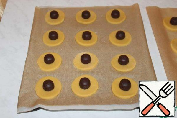Transfer to a baking sheet covered with parchment. We spread the filling as desired, I have chocolate candies.