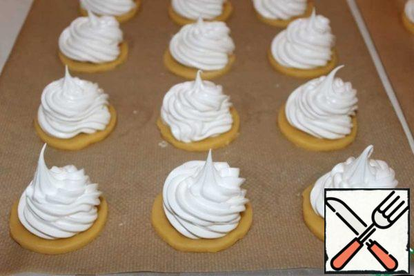 We plant the meringue without reaching a little to the edge.