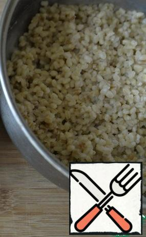 Wash spelt. Pour water in a ratio of 1 to 2, bring to a boil and cook for 40 minutes over medium heat.