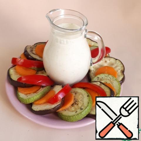 Cut the carrots into thin slices, and cut the bell pepper into strips. Put all the vegetables nicely on a plate.