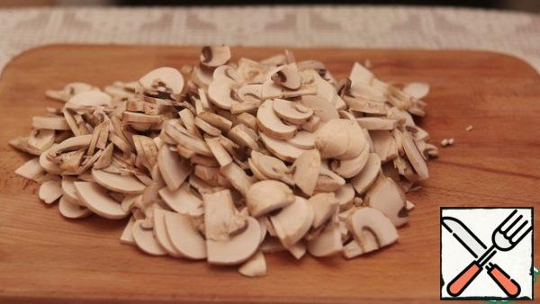 We start with the preparation of mushroom sauce. Cut the mushrooms into plates.