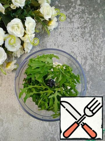 Top with arugula. Grind with a blender until smooth.