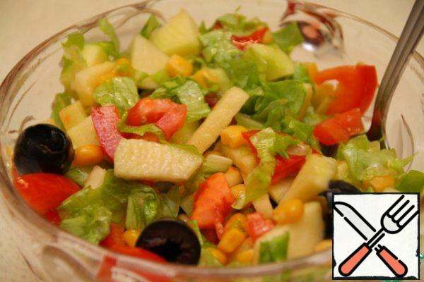 Season the salad with olive oil, vinegar and salt. Taste it: the combination of sour-sweet and salty should be balanced. If necessary, add a little salt or vinegar for sourness.