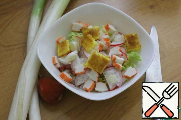 Cut the cooled omelet into small cubes, cut the leek (the white part of it) and mix all the ingredients. At this stage, you can fill the salad. Two types of dressing are suitable for it - 1 - I-orange oil and lemon juice and 2 - I-2 tablespoons of low-fat sour cream. Salt and pepper to taste. Personally, I treat mayonnaise adequately, so it is for this salad that I mix 2 tablespoons of sour cream and 2 tablespoons of mayonnaise and fill the salad. Decide for yourself how you will taste better. The taste of the salad is unbroken, but pleasant.