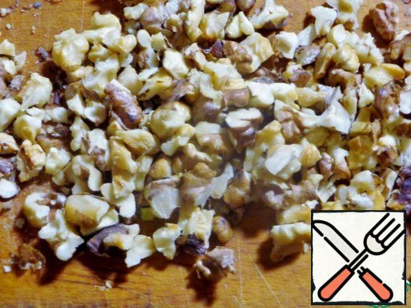 Lightly fry the nuts and chop them with a knife.