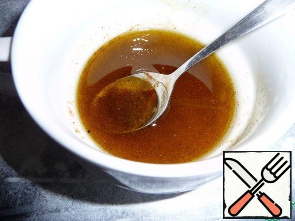 Prepare the filling for the salad. Mix salt, pepper, sugar, vinegar, olive oil in a bowl.
