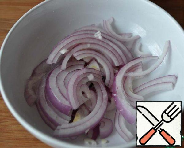 Cut the onion into half rings and pour the lemon juice, leave to marinate.