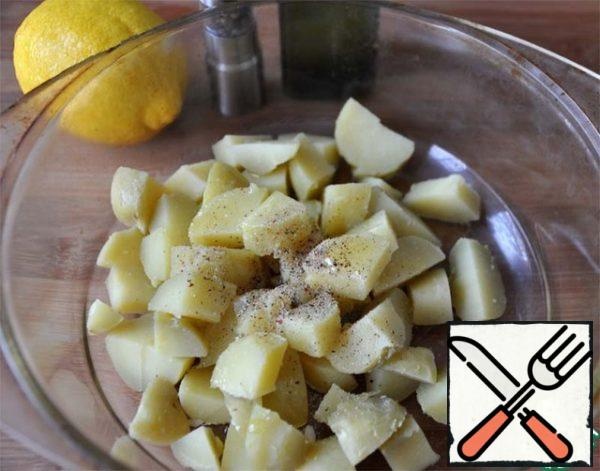 """Potatoes are boiled with the peel (in the """"uniform""""). Hot potatoes are cleaned, cut into cubes, sprinkle with a freshly ground mixture of peppers, salt, pour lemon juice and vegetable oil."""