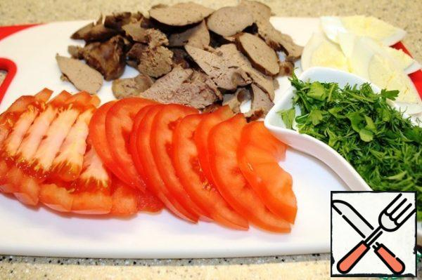 Cut the tomato and liver into thin slices. Cut the boiled egg into 4 pieces, chop the greens.