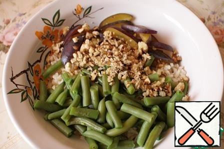 If desired, calcine the walnuts, then chop them and add them to the rice.