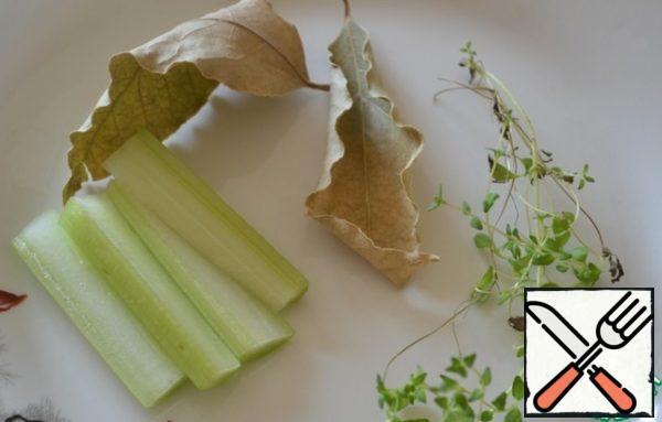Celery (petiole 5 cm) cut into 4 parts, we also need a bay leaf and a few sprigs of thyme.