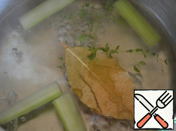 In a small amount of boiling water, put the celery, bay leaf and thyme. Cook over low heat for 7-10 minutes. At this time, the boiled meat is cut into small strips.