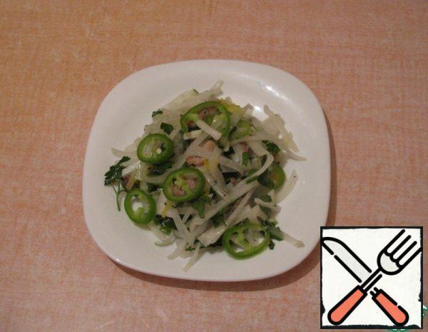 Pork cut into strips, fry, pass the onion, mix, add salt pepper Vinegar. Radish daikon cut into strips, mix everything, add pepper, herbs. That's it!