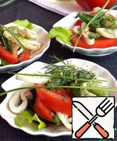 """This salad can be served in a common salad bowl or on serving plates - so it looks more impressive. Arrange the uncooked salad on small plates, pour a little sauce on each plate. A little """"powder"""" with freshly ground pepper and put a sprig of greens."""