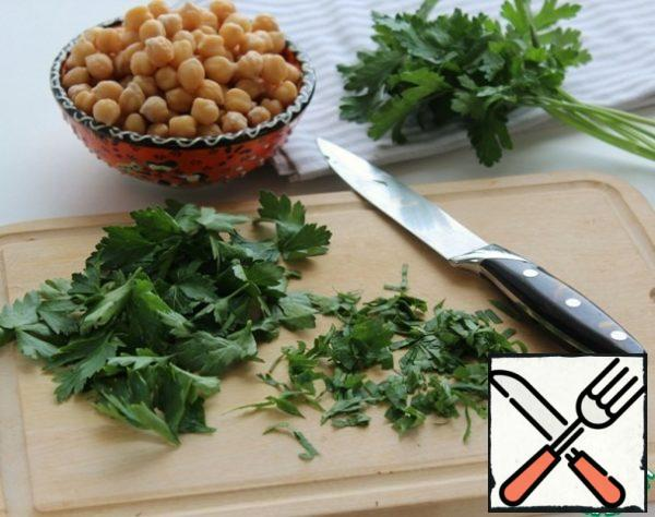 Wash the parsley, shake off the water, pinch off the leaves and chop coarsely.