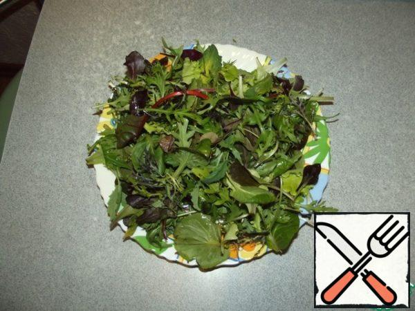Wash the lettuce leaves, dry them, and put them on a platter. Add the strips of bacon, mix.
