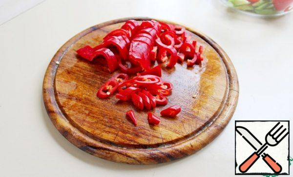 Cut the sweet pepper and chili pepper into thin rings.