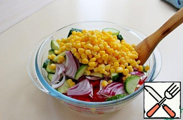 Put all the vegetables in a salad bowl, add the canned corn.