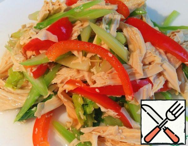 Pour dry soy asparagus with warm water for 2 hours. Then cut the asparagus obliquely, also cut the celery and red pepper and scald all the vegetables for 2 minutes.