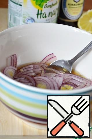 Cut the onion into thin half-rings and put it in the marinade. Allow to marinate for 15 minutes.