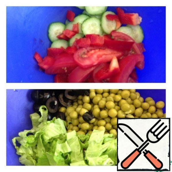 Cut the cucumber into rings, the tomato into plates, and the pepper into small cubes. Add the peas, cut the olives into rings, and chop the salad.