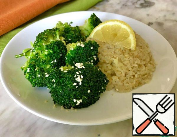 Break the broccoli into inflorescences. Put it in the basket of the steamer. Cover with a lid and cook for a couple of 5-7 minutes.
