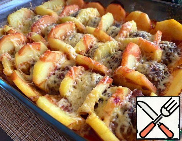 In the minced meat, add one egg, salt and pepper. If desired, you can add one finely chopped onion. Mix everything thoroughly. Cut the potatoes into slices of about 1 cm. ✔️ From the minced meat, you need to make small balls. And, alternately, we put the meat balls and potatoes in the form. If the shape is square – we lay it out in rows, if it is round, we lay it out in a circle. Mix the tomato paste with a small amount of water, add salt. Pour the potatoes and meat balls with tomato sauce. Cover with foil and put in a preheated 200 degree oven for 40 minutes.