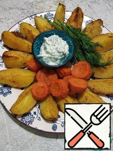 Remove the finished potatoes from the oven and serve with the sauce. Enjoy your meal.
