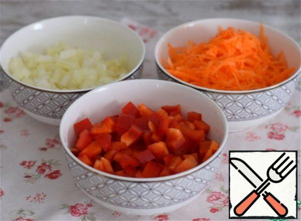 Grate the carrots on a coarse grater. Cut the onion into a small cube. Cut the sweet pepper into a slightly larger cube. The weight of already peeled vegetables is given.