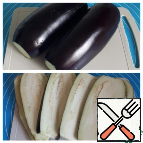 Take two smooth eggplants, cut them into plates 8-10 mm thick.