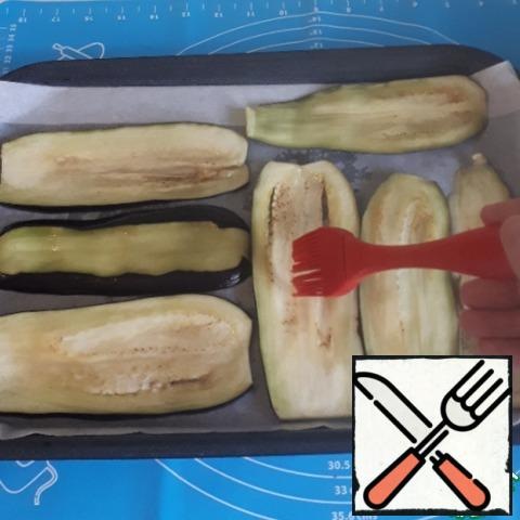I will bake eggplants in the oven, pre-greasing the plates with vegetable oil on both sides with a brush. The baking temperature is 200 C for about 10-15 minutes.