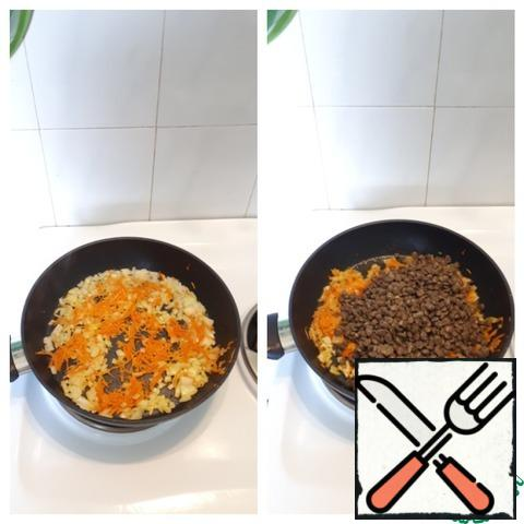 Cut a small onion into cubes, grate the carrots on a fine grater. Fry everything in vegetable oil, at the end add two crushed garlic cloves. Add the boiled lentils to the onions and carrots, mix all the ingredients.
