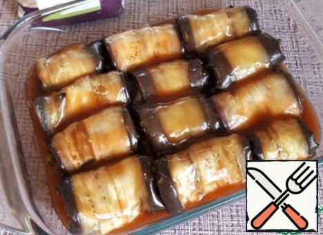 Pour the sauce over the eggplant rolls. Since the sauce is prepared with starch, it immediately envelops each roll and turns out very, very tasty.