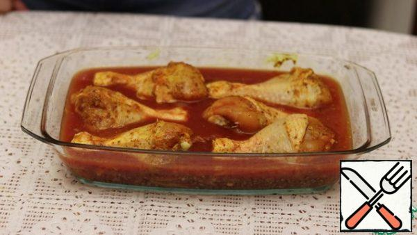 Then pickled chicken drumsticks. Pour tomato paste with diluted water. We send it to the oven, preheated to 180 degrees for 40 minutes.