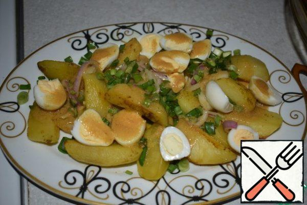 We begin to collect the salad. Try the salt on the potatoes. I lightly prisalivala each layer. Spread on a plate 1/3 of the potatoes, on top of 1/3 of the onions, 1/3 of the egg halves and green onions. Pour all 1/3 part of the dressing. We continue further.