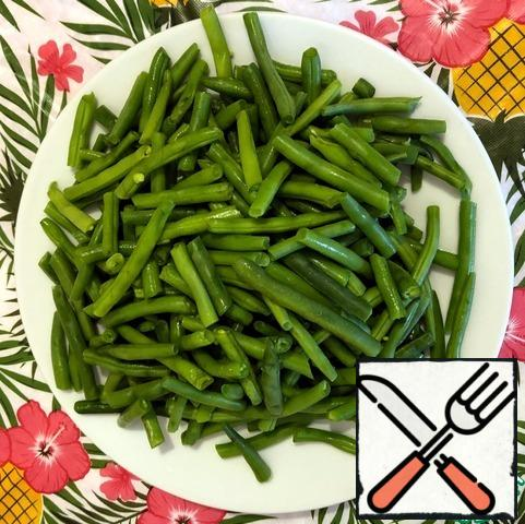 While cooking the chicken and buckwheat, it is necessary to wash and trim the tips of the green beans. Boil for 6 minutes in boiling water and cool quickly on a flat plate so that it does not overcook.