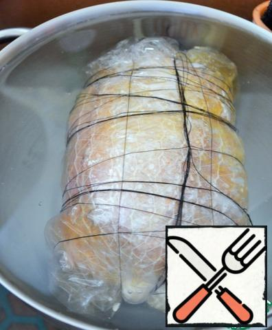 """Cook at 75-80 degrees, at the slowest boil, with the lid slightly open, for 2 hours. Then cool in cold water with ice. Remove the upper """"shell"""", leaving the bandage."""
