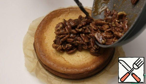 Spread the nuts on top of the cheesecake, distribute evenly, prepare coffee) Enjoy your meal.