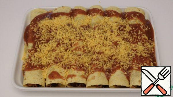 Pour the sauce on top of the tubes sprinkle with cheese We send it to bake for 15-20 minutes at 170 °
