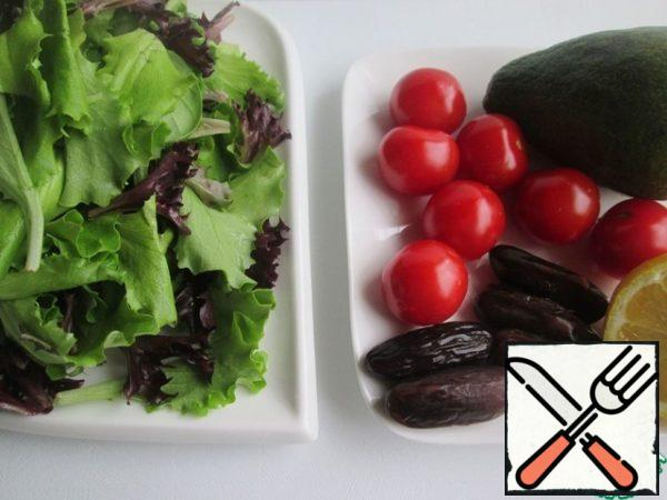 Products for cooking. Additionally, there will be products for refueling and pine nuts.Wash and dry the lettuce leaves.