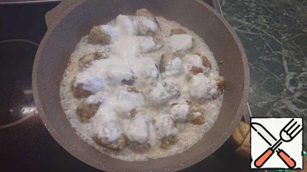 Fill the meatballs with sour cream.