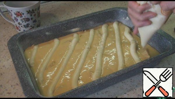 I put the cooled cream in a pastry bag and used it to spread the cream over the dough. You can simply spread the cream on the dough with a spoon.