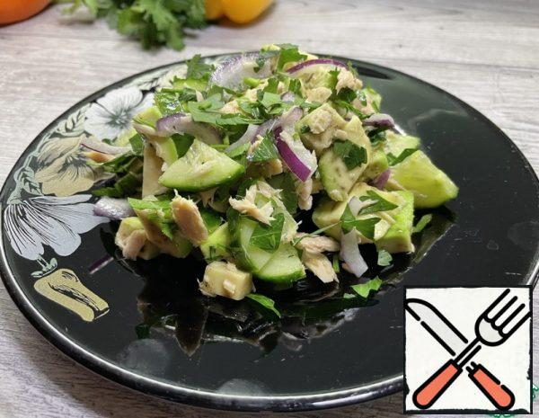 * Drain the soda from the tin, remove the tuna meat and chop a little. * Cut cucumbers into half rings, avocado into cubes and onion into half rings.