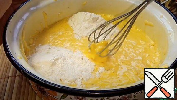 Then we rub the cheese there, and add the flour, mix. We put it aside.