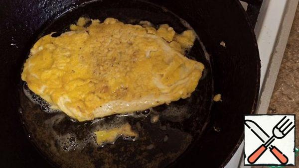 Chicken fillet is released into the batter, then into a preheated frying pan. Fry on 2 sides for 2-3 minutes, until brown.