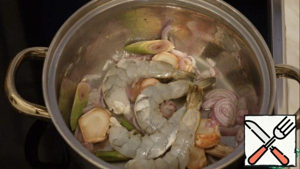 Add the tiger prawns and fry until slightly red.