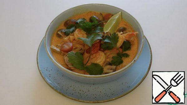 At the bottom of the plate, spread the noodles, pour the soup, decorate with a slice of lime, coriander Enjoy your meal.
