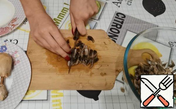 Cut the cooked mushrooms into small pieces.