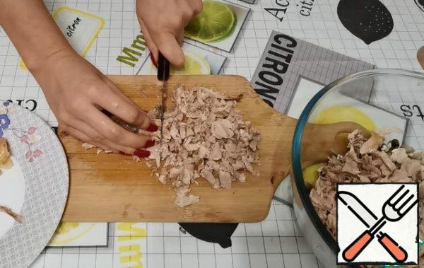 Chicken meat is separated from the bones. Also cut into small pieces.