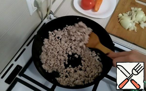 Prepare the Bolognese sauce. Heat the vegetable oil in a frying pan. Spread the minced meat. Fry well.
